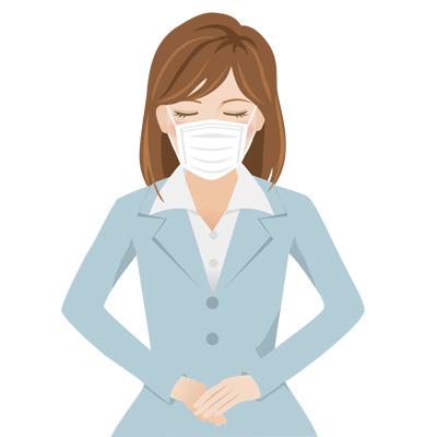 マスクをしている、グレーのスーツを着た若い女性が頭を下げてお辞儀している無料イラスト